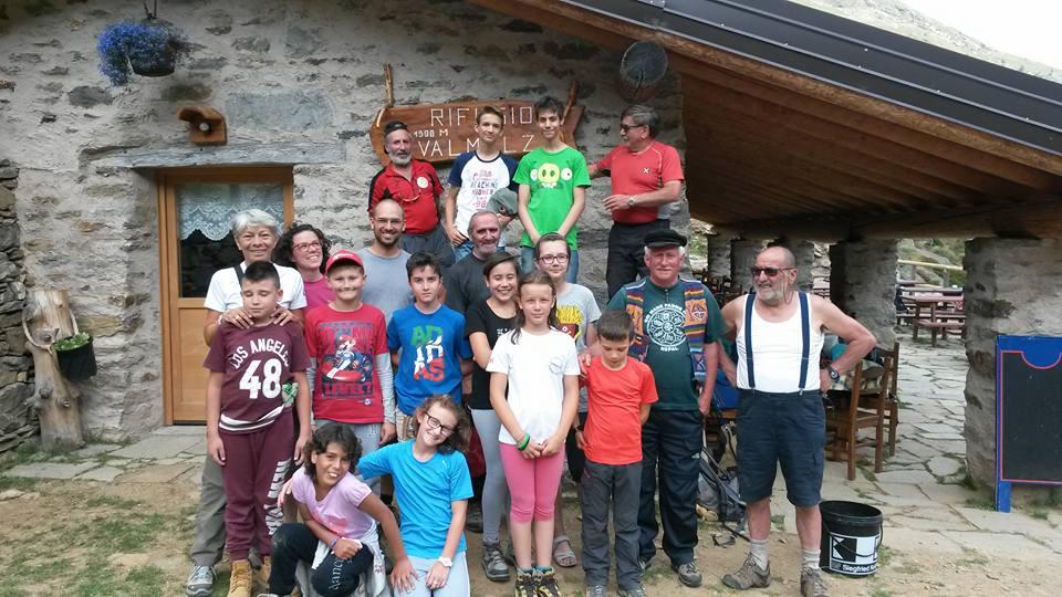 foto di gruppo al rifugio